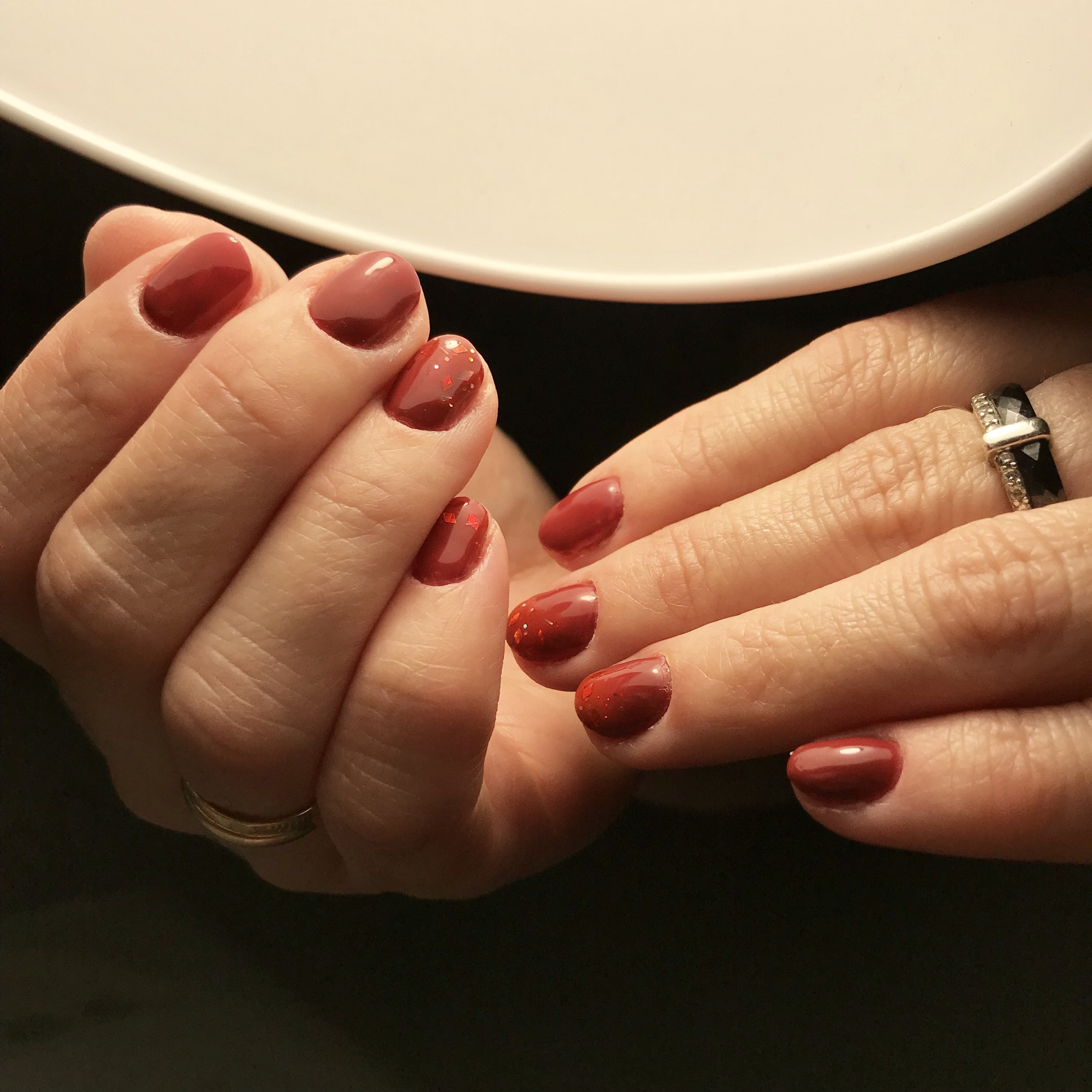 Маникюр с камифубуки в бордовом цвете на короткие ногти.