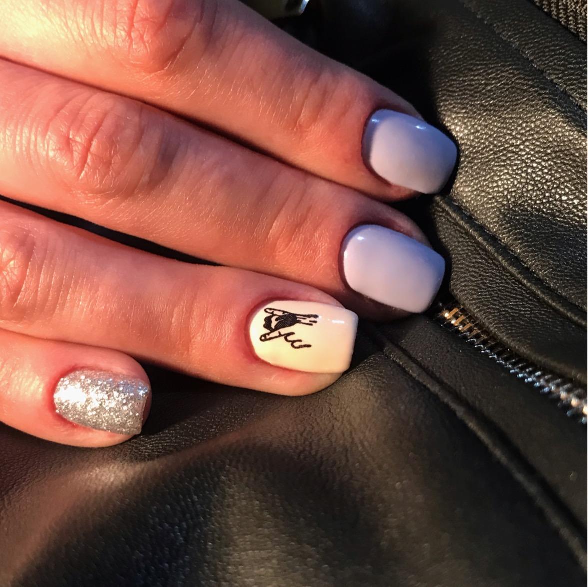 Маникюр со слайдером и серебряными блестками в сиреневом цвете на короткие ногти.