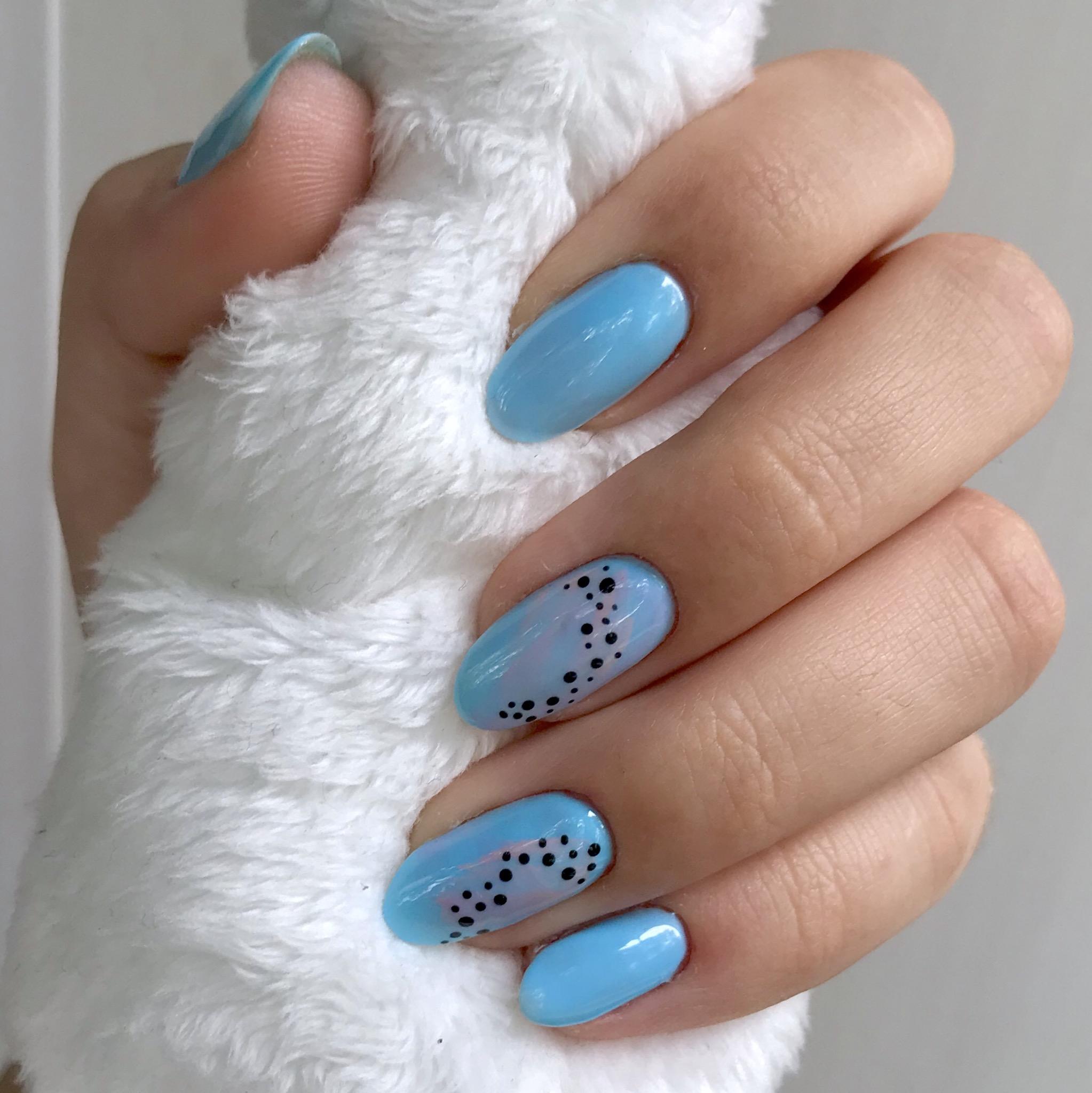 Маникюр с абстрактным рисунком в голубом цвете на короткие ногти.