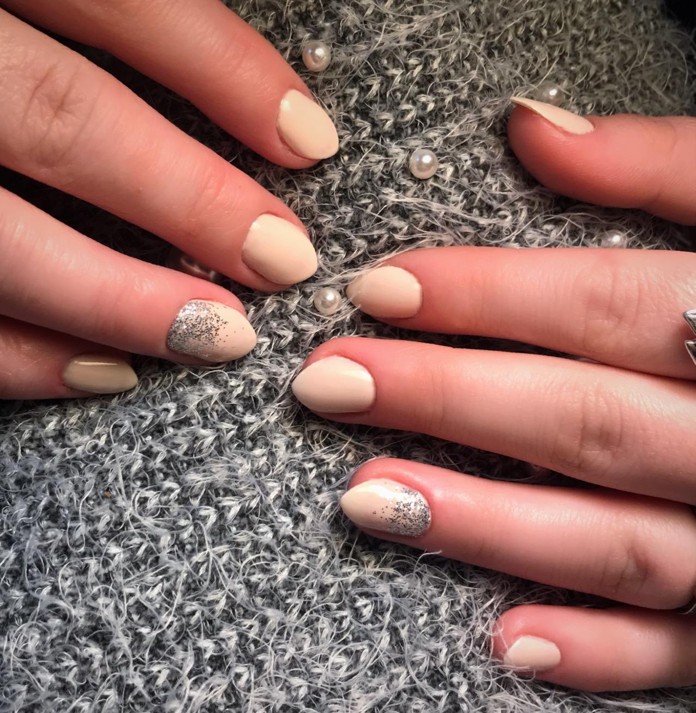 Маникюр с серебряными блестками в бежевом цвете на короткие ногти.