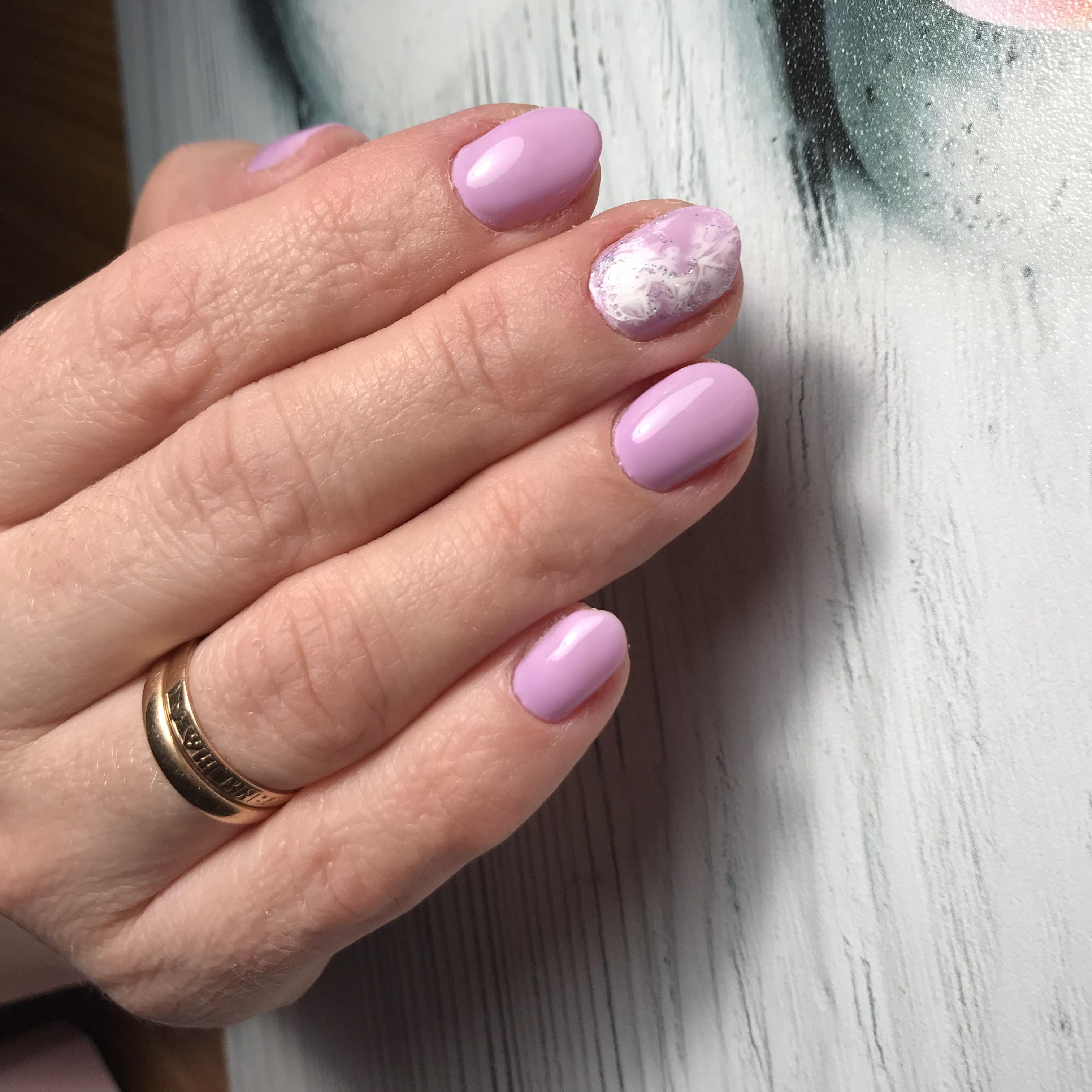 Маникюр с мраморным дизайном в лиловом цвете.