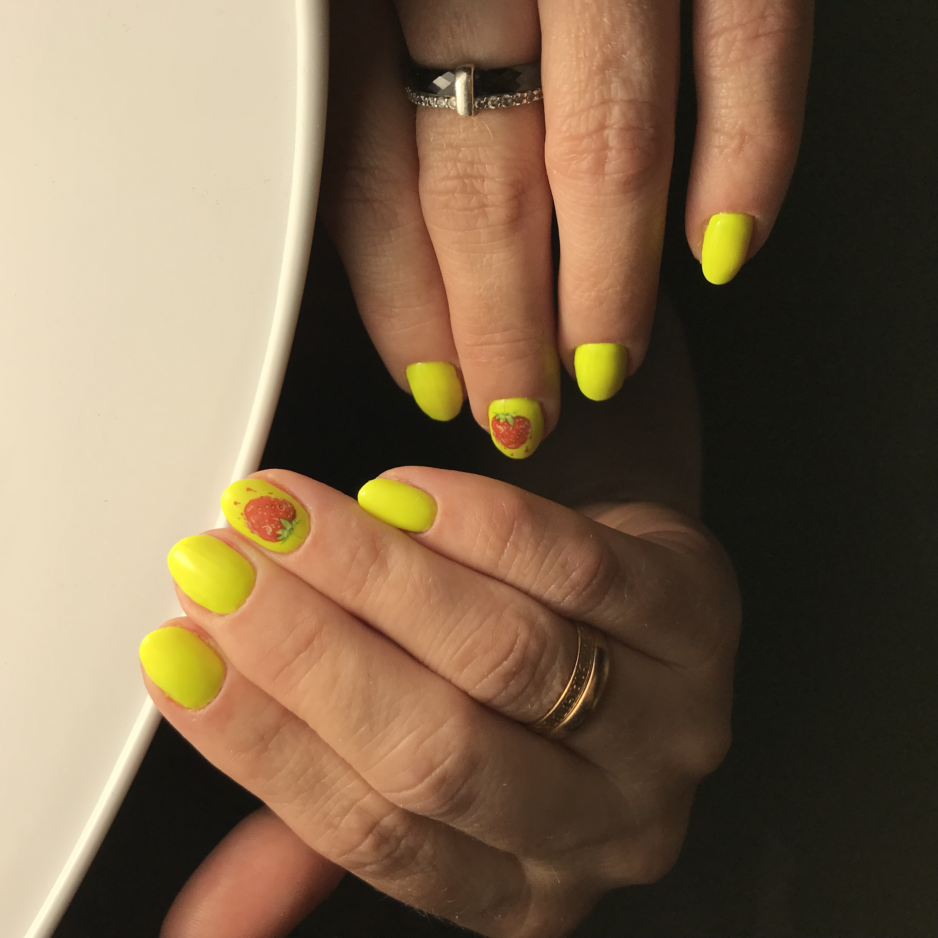 Маникюр с клубникой в желтом цвете на короткие ногти.
