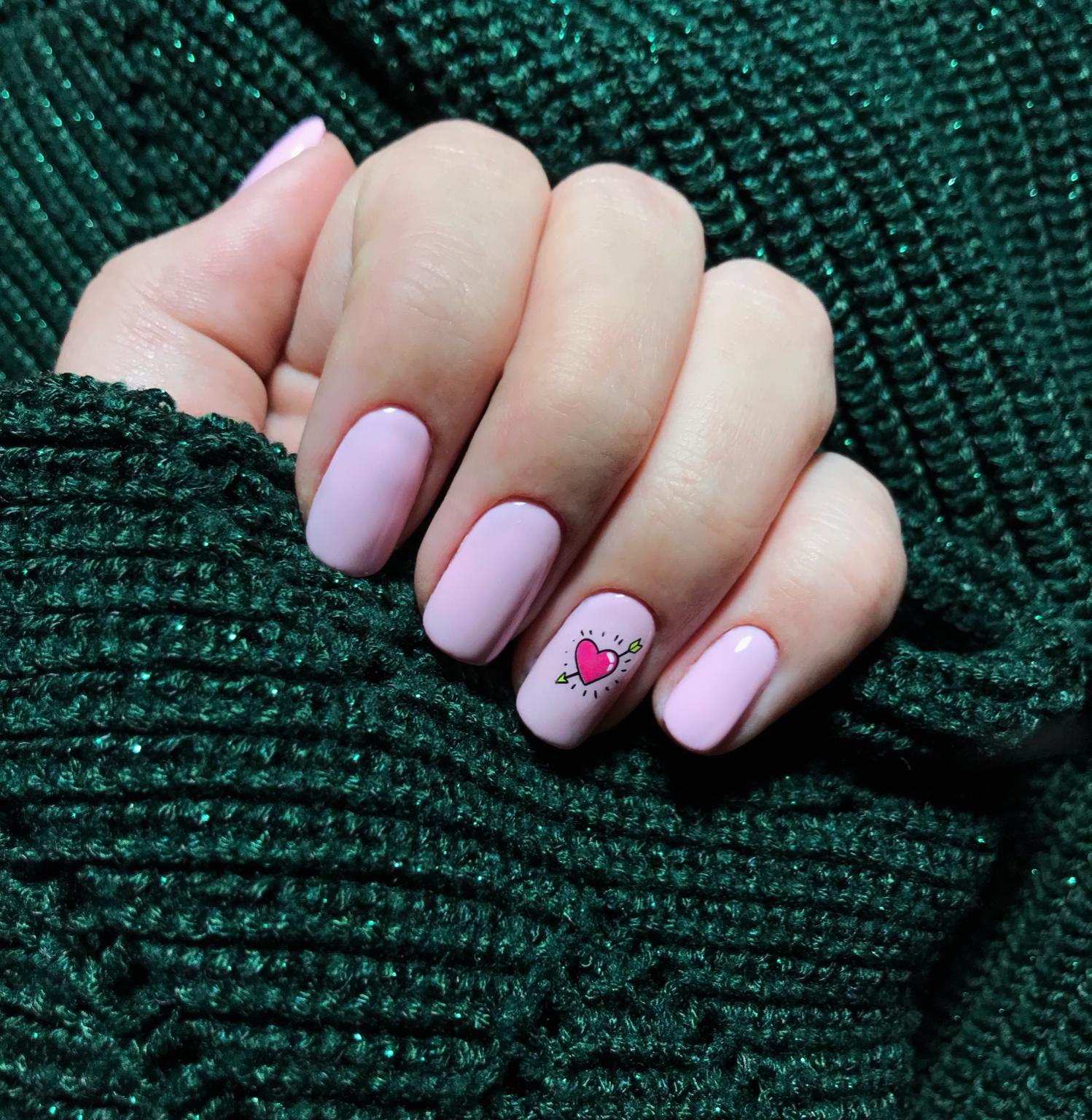 Маникюр с сердечком в розовом цвете на короткие ногти.
