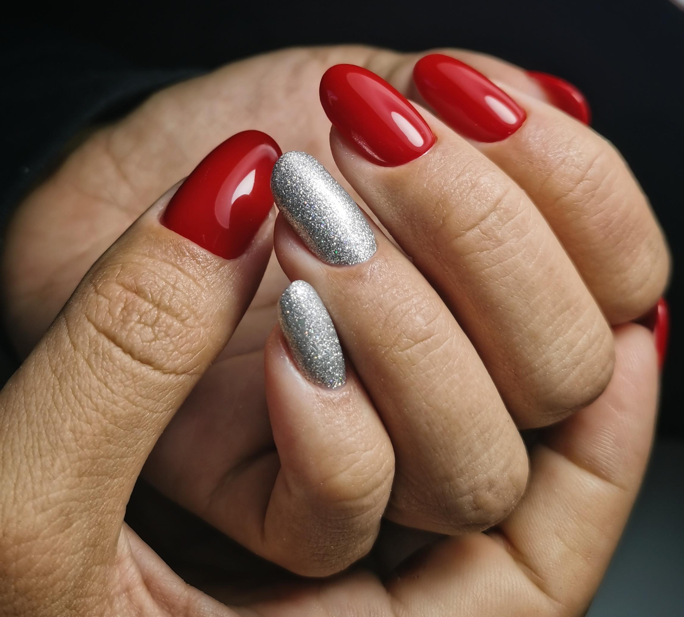 Маникюр, красный с серебром. Взлетные ногти.