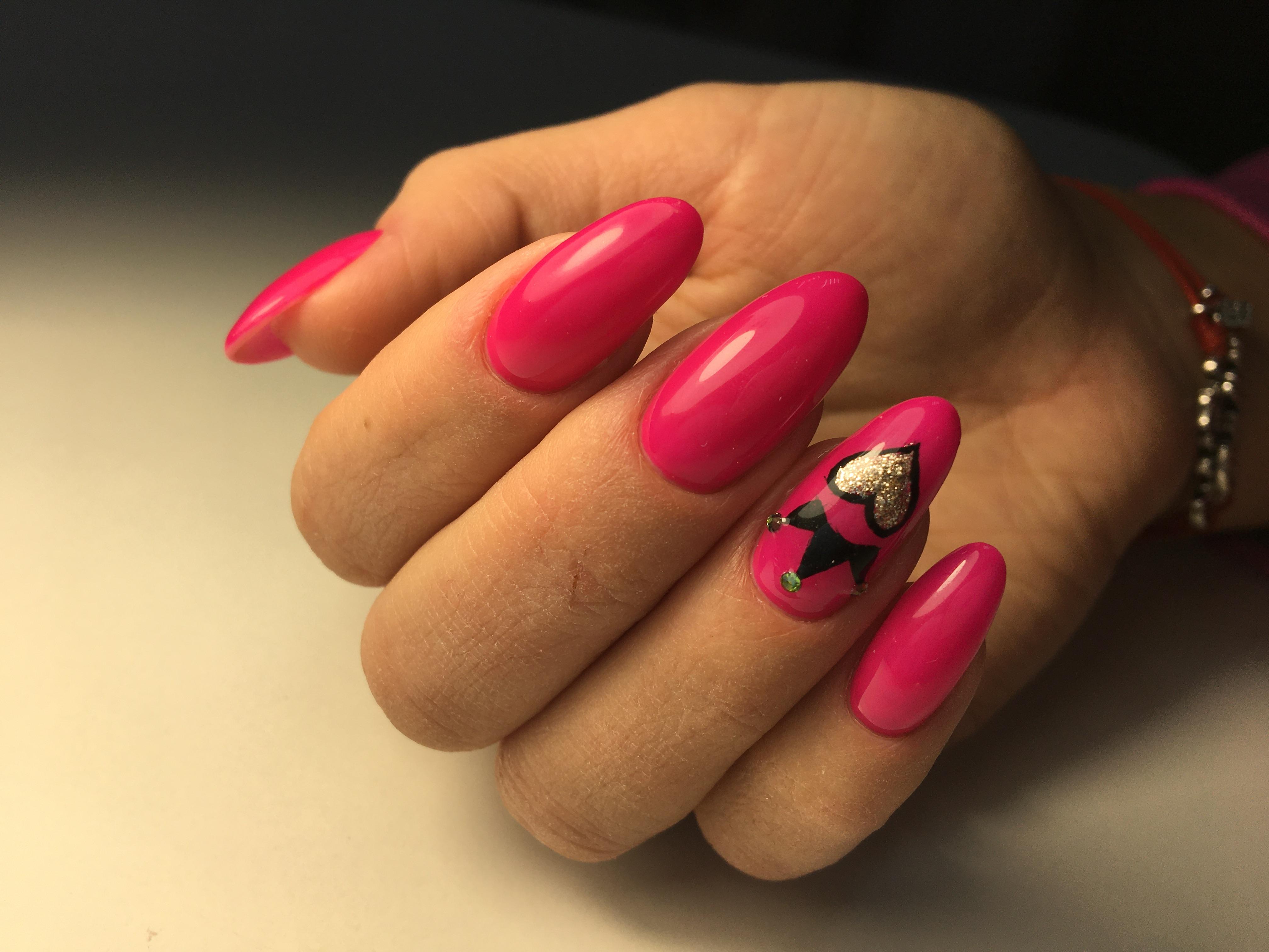 Маникюр с короной в розовом цвете.