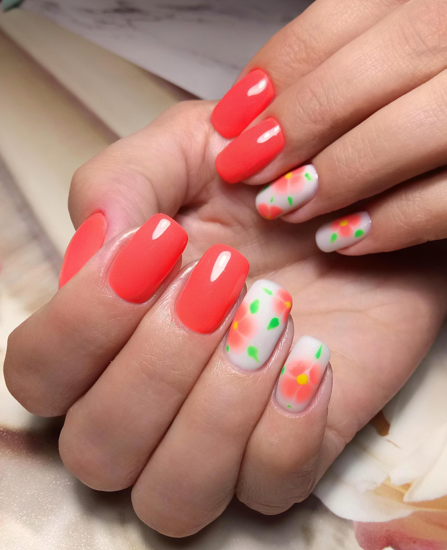 Марикюр с цветочным рисунком в красном цвете на короткие ногти.