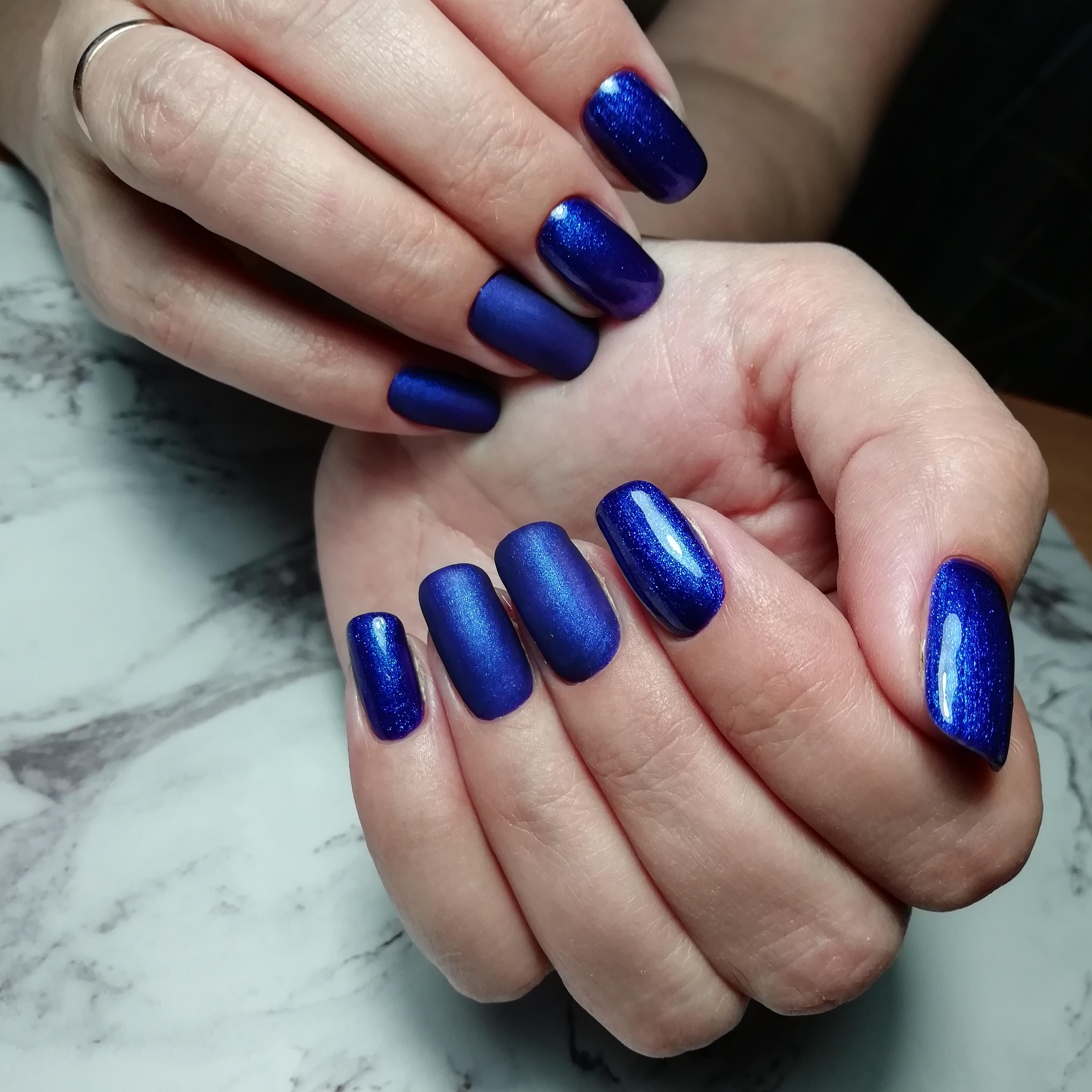 Маникюр в синем цвете на короткие ногти.