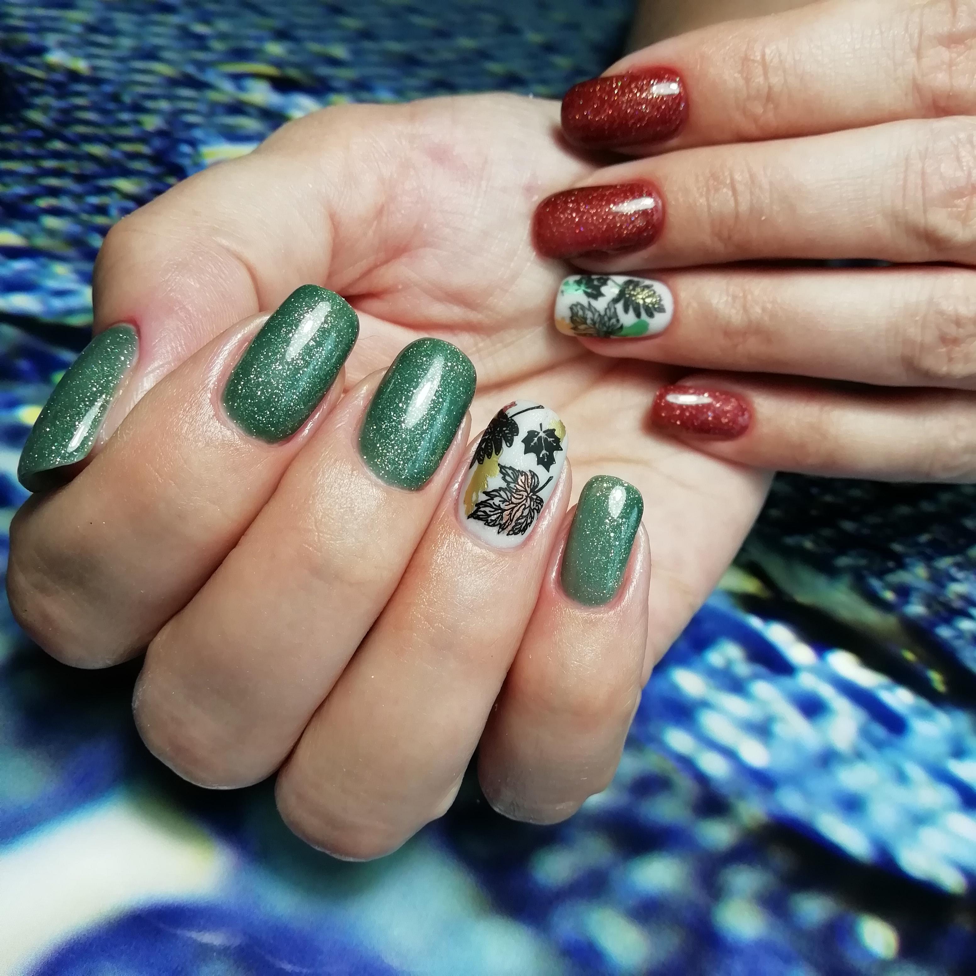 Контрастный осенний маникюр со слайдерами и блестками на длинные ногти.