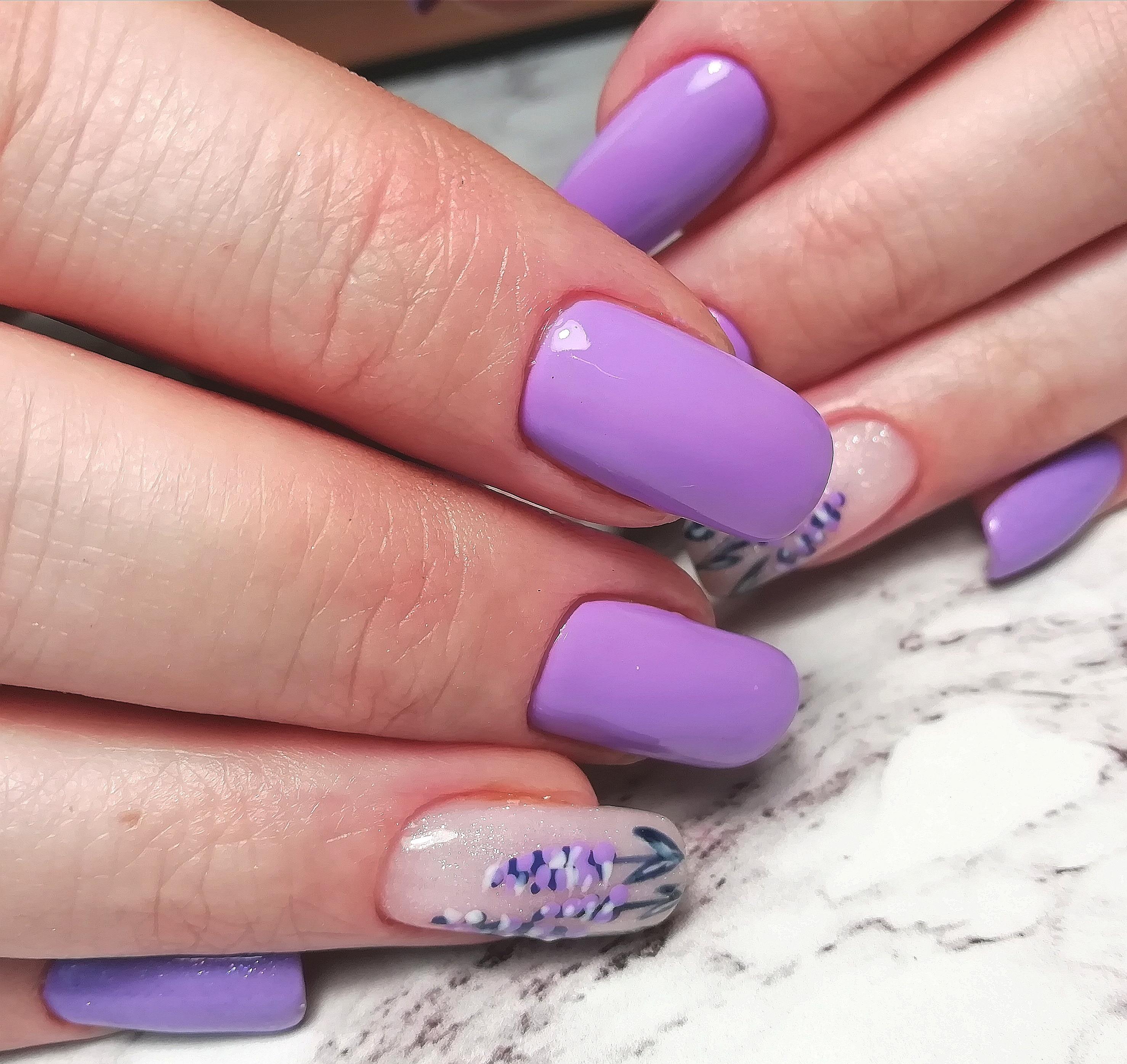 Маникюр с цветочным рисунком в сиреневом цвете на длинные ногти.