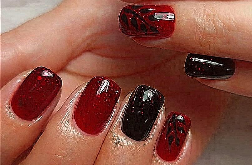 Маникюр с растительным рисунком и блестками в темно-красном цвете на короткие ногти.