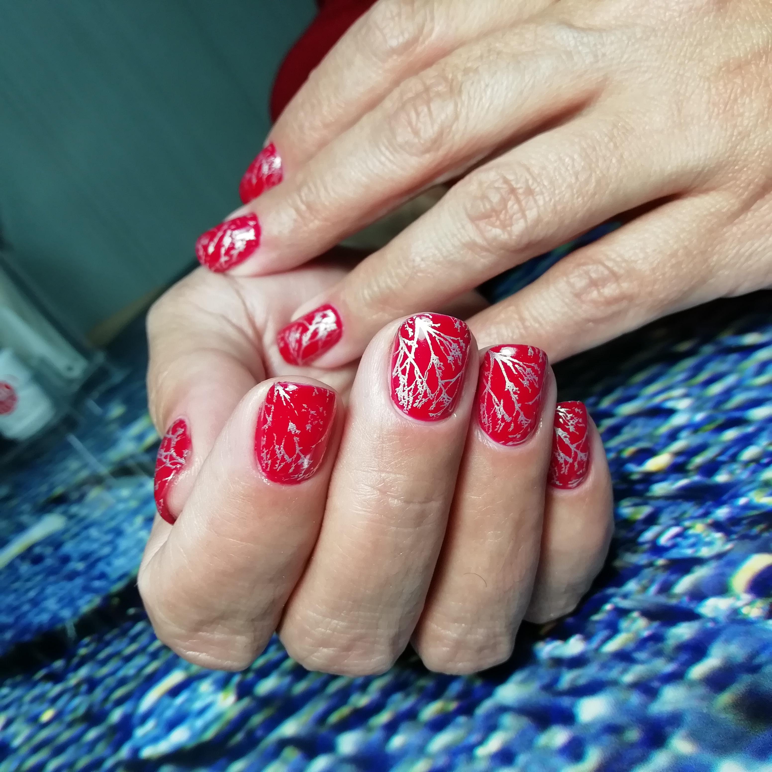 Матовый маникюр с серебряным рисунком в красном цвете на короткие ногти.