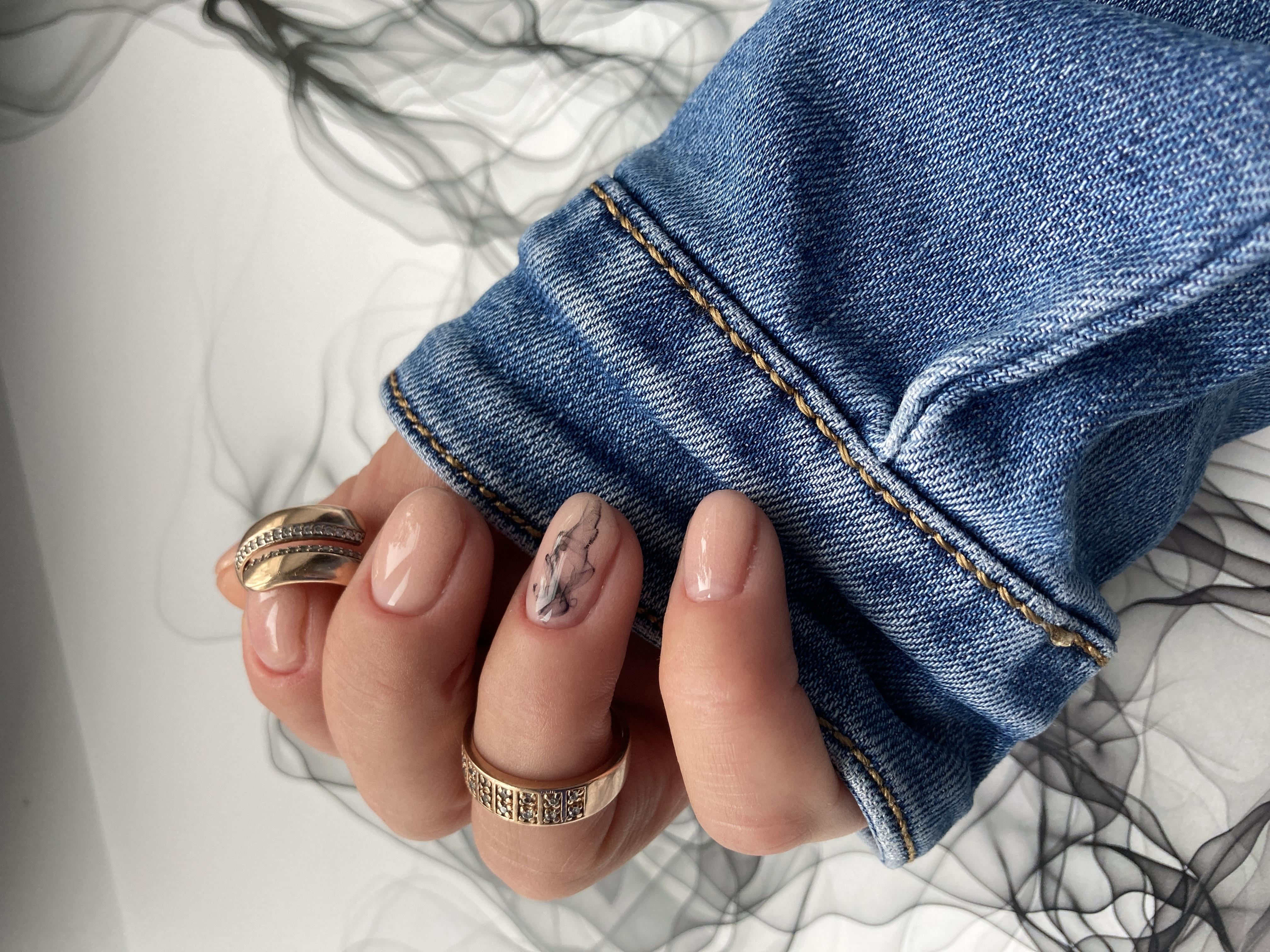 Нюдовый маникюр с морским дизайном на короткие ногти.