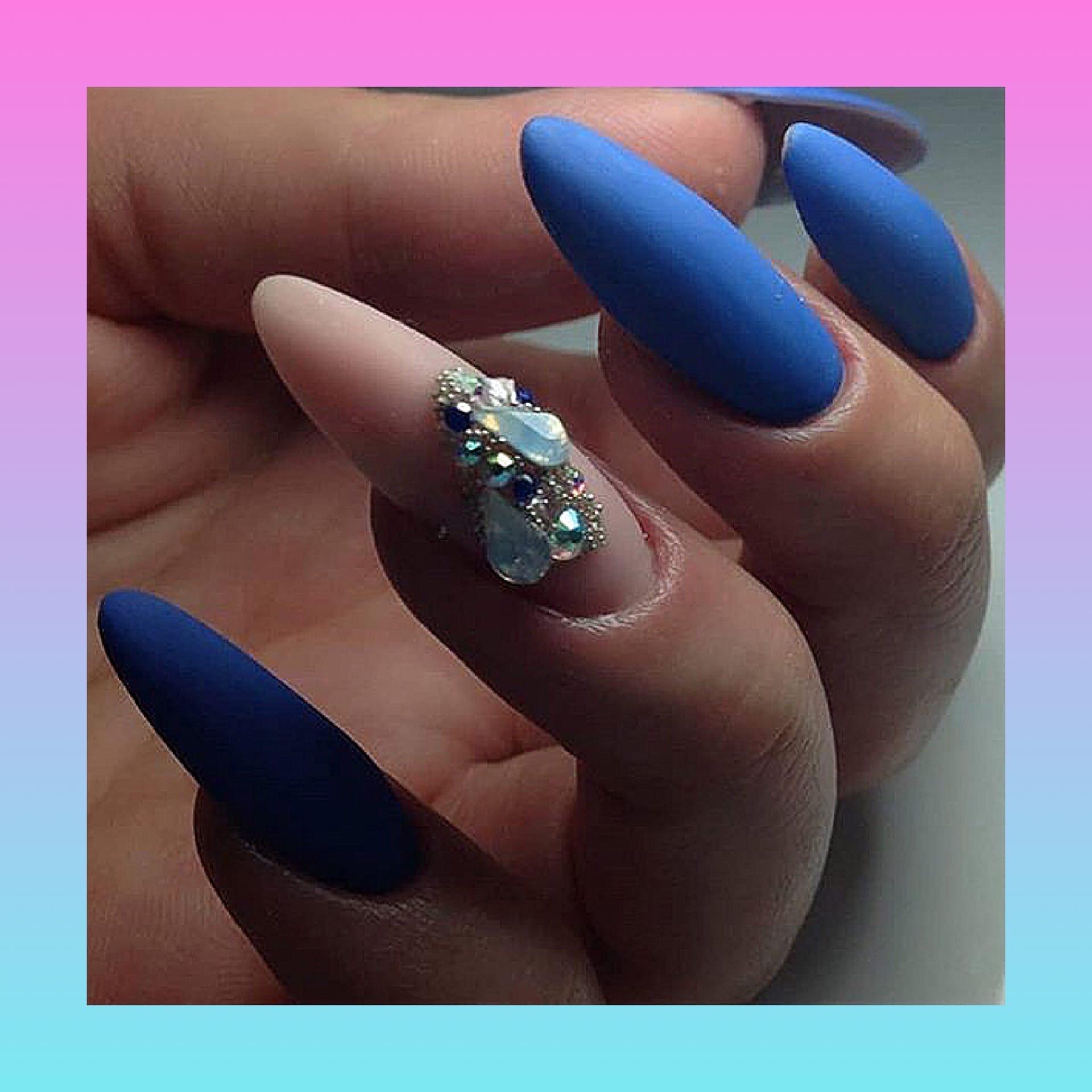 Матовый маникюр со стразами в голубом цвете.