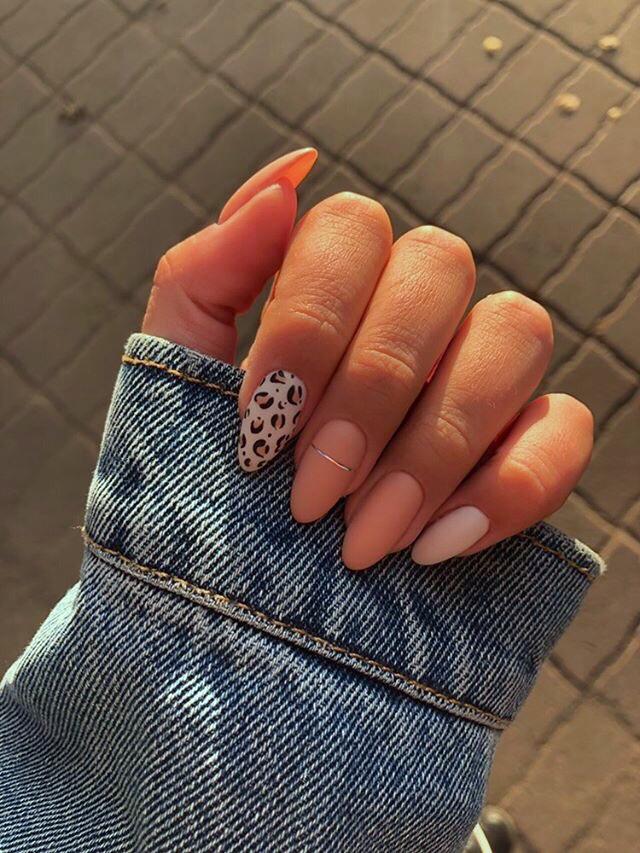 Матовый маникюр с леопардовым принтом и серебряными полосками в персиковом цвете на длинные ногти.
