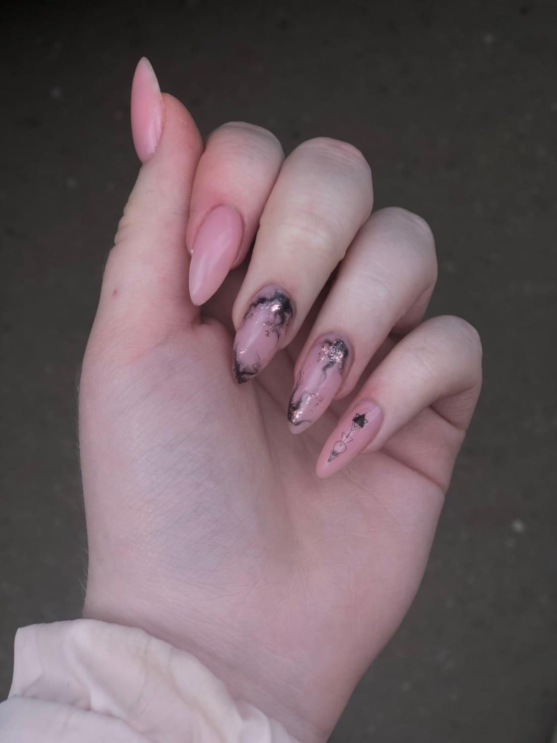 Нюдовый маникюр с мраморным дизайном и слайдерами на длинные ногти.