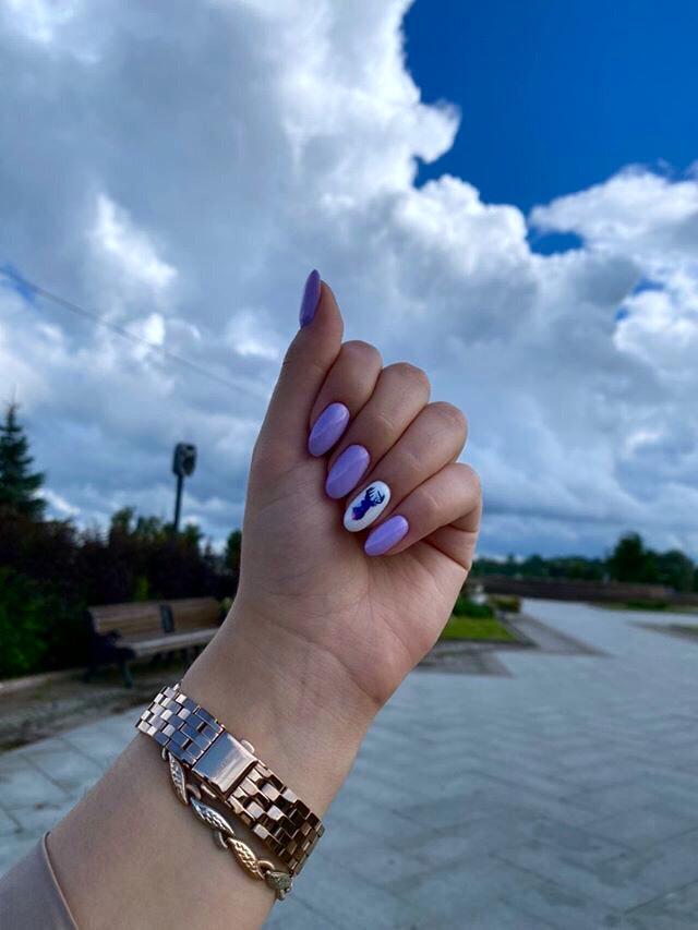 Маникюр со слайдером и втиркой в фиолетовом цвете на короткие ногти.