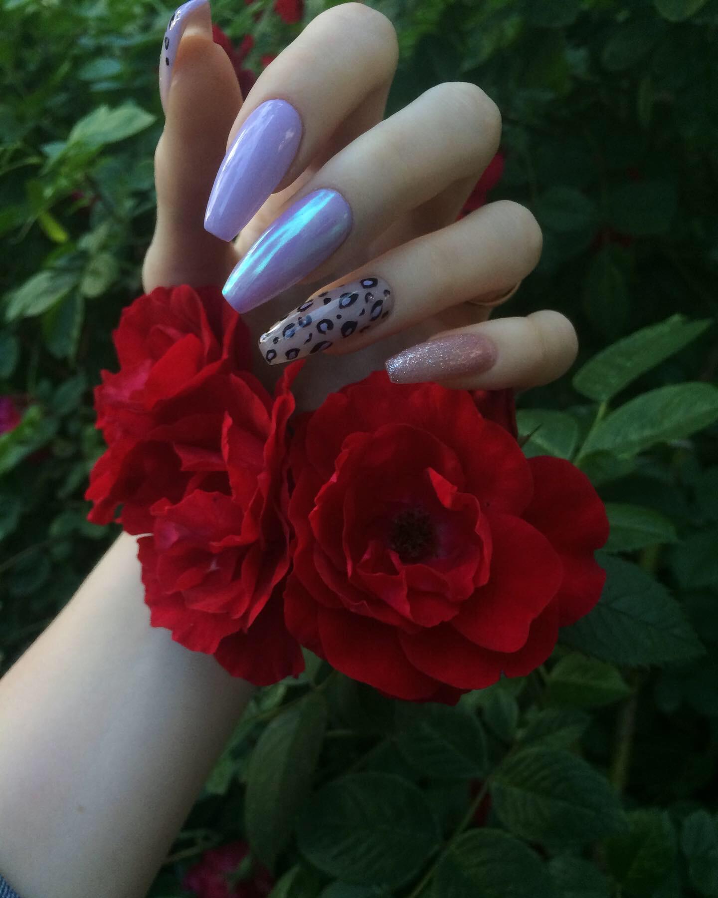 Маникюр с леопардовым принтом и втиркой в фиолетовом цвете на длинные ногти.