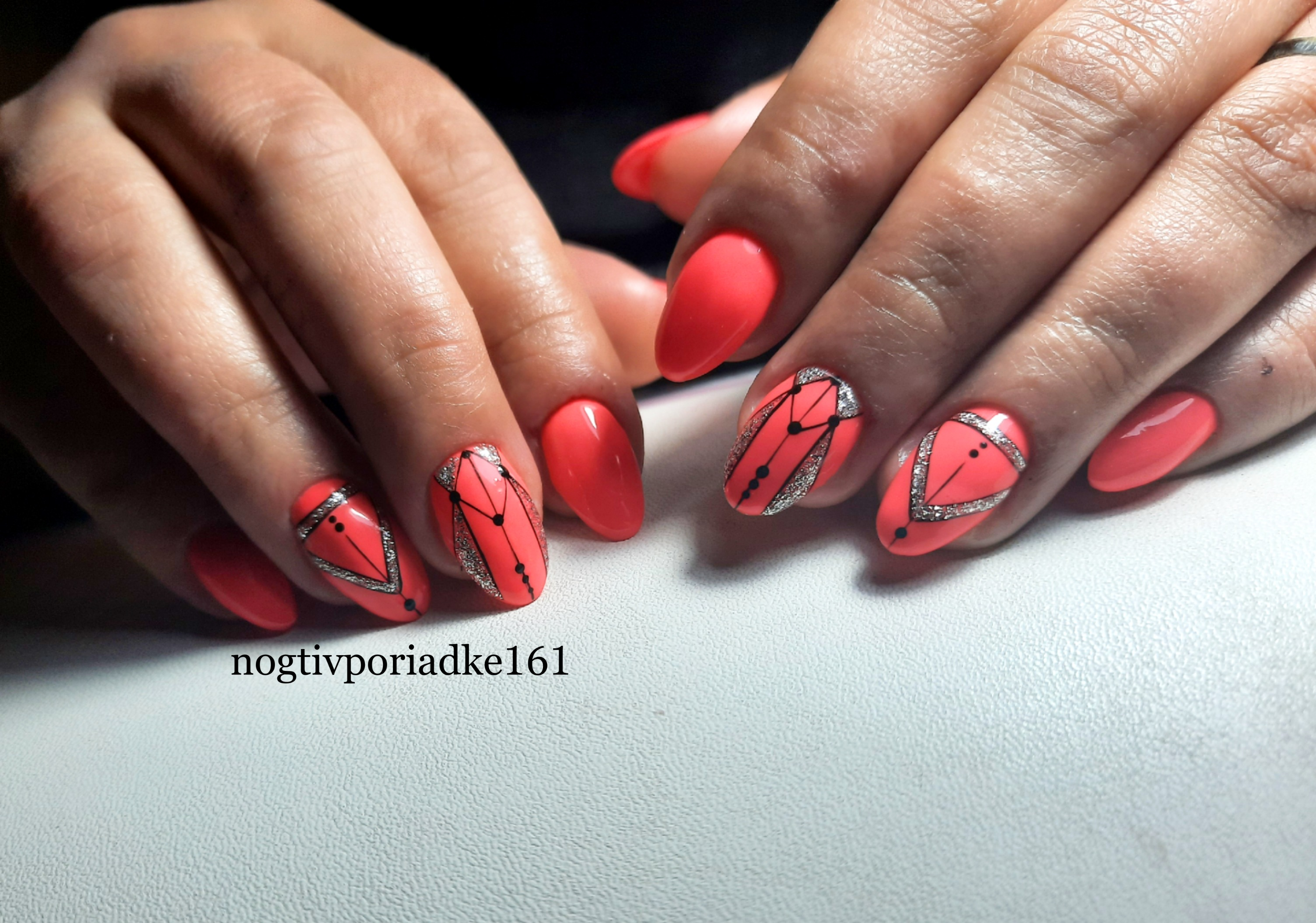 Геометрический маникюр с серебряными блестками в цвете фуксия на короткие ногти.