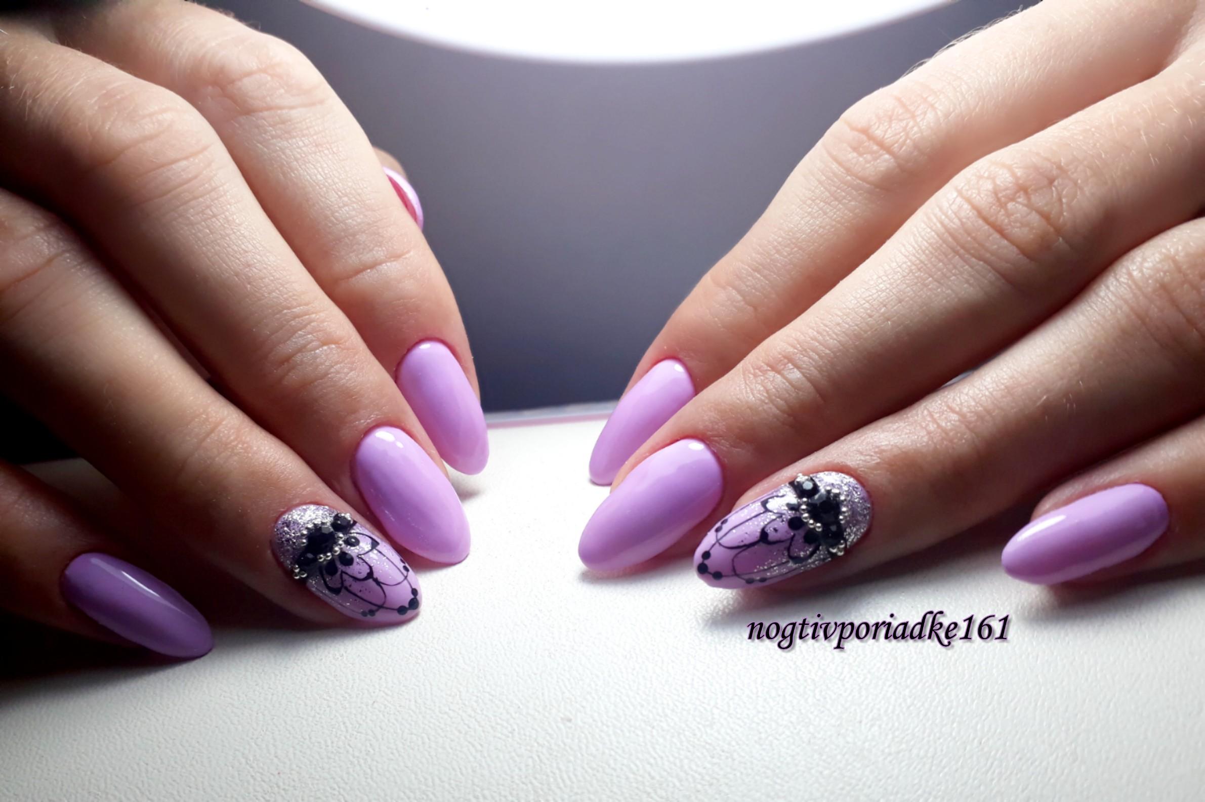 Маникюр с этническим рисунком и стразами в сиреневом цвете на длинные ногти.