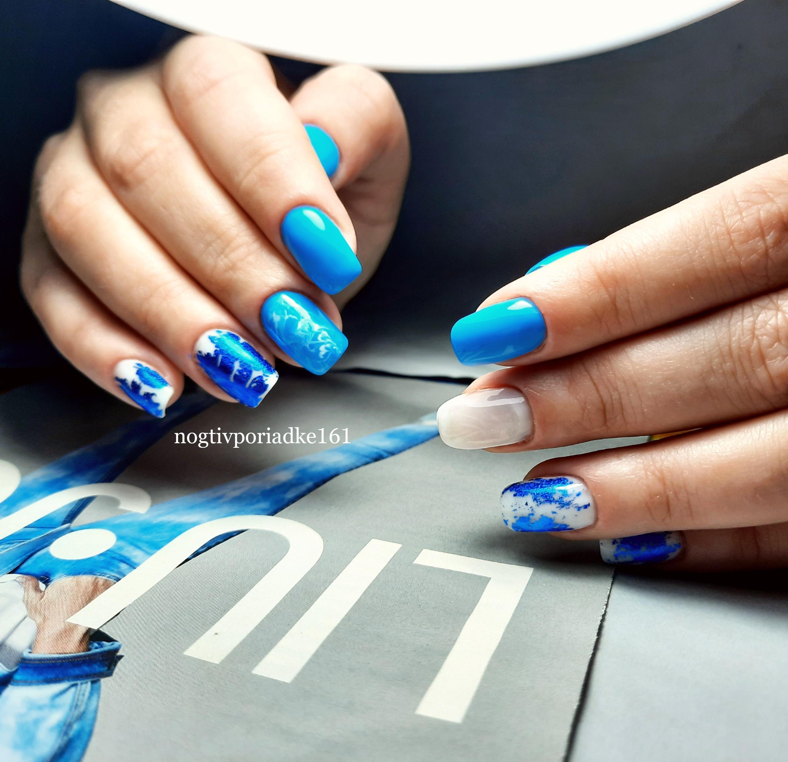 Маникюр с цветной фольгой в голубом цвете на короткие ногти.