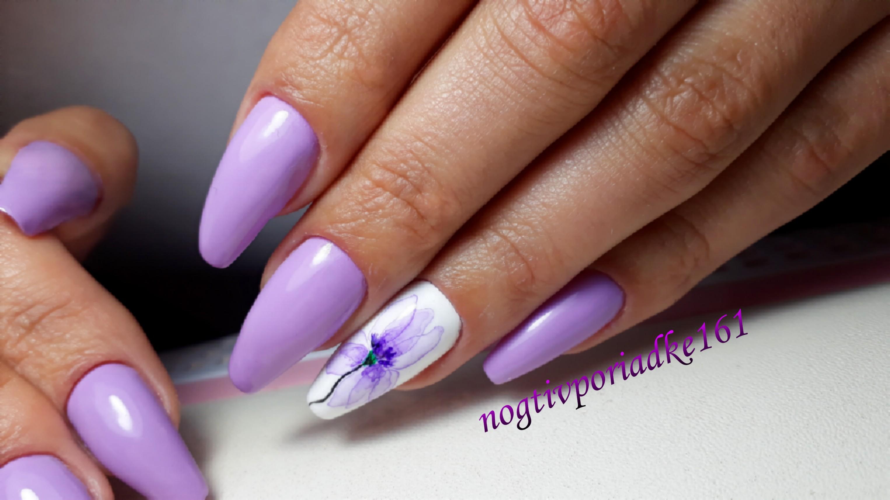 Маникюр с акварельным цветочным рисунком в сиреневом цвете на длинные ногти.