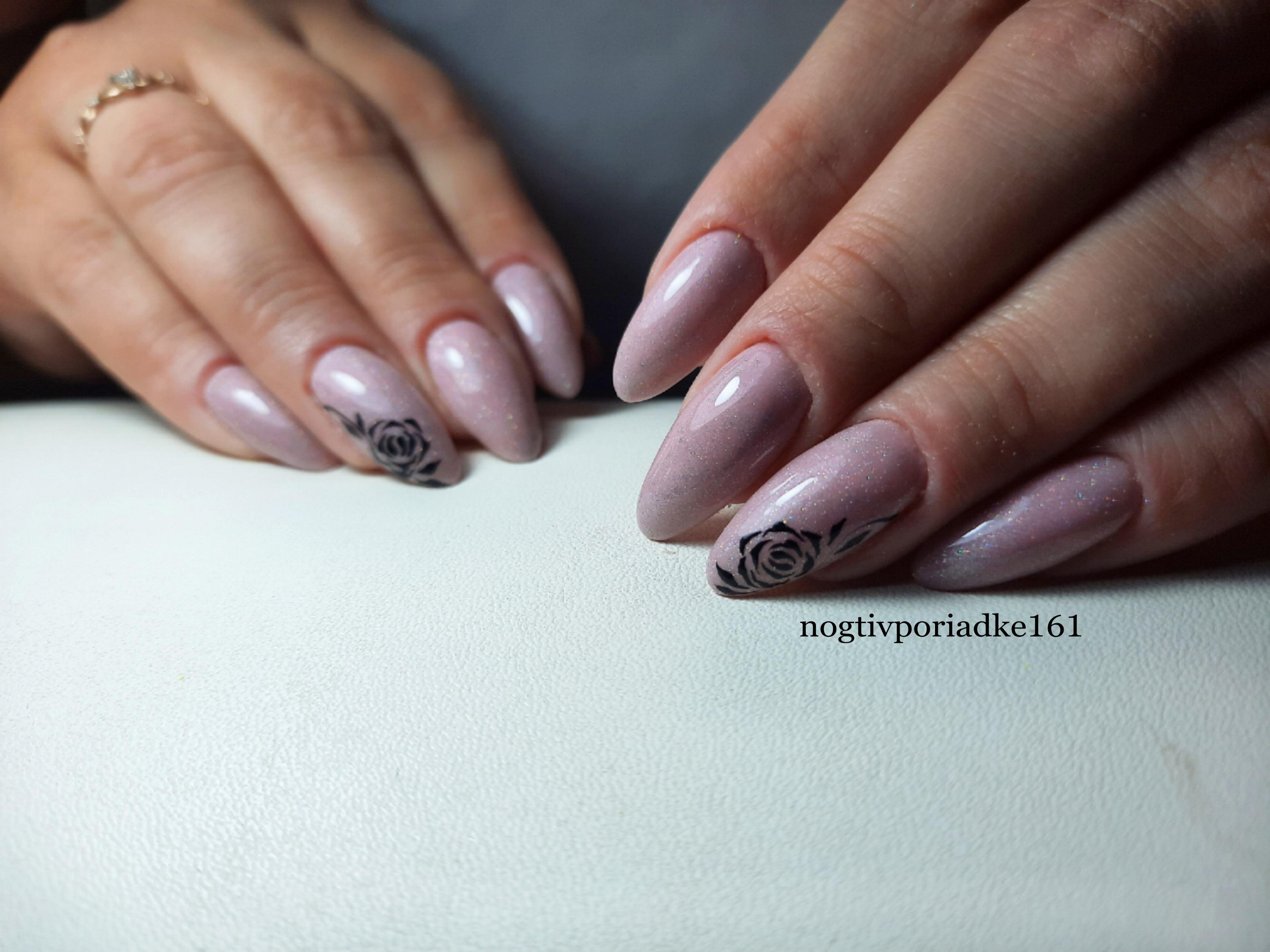 Маникюр с цветочными слайдерами в пастельных тонах на длинные ногти.