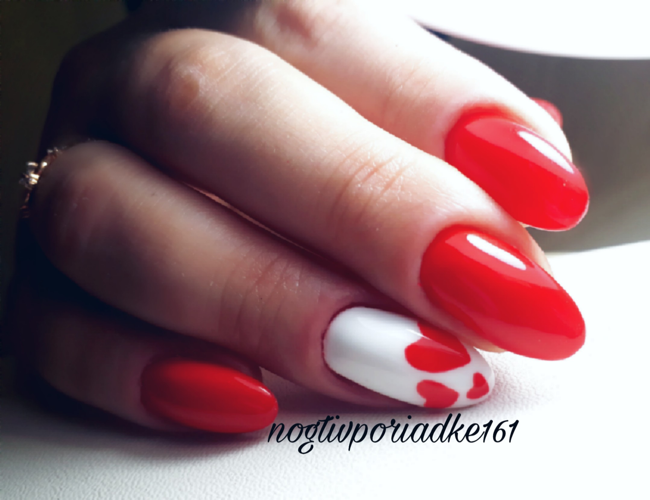 Маникюр с сердечками в красном цвете.