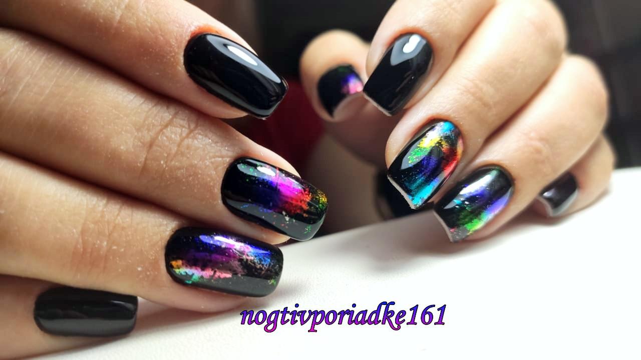 Маникюр с цветной фольгой в черном цвете на короткие ногти.
