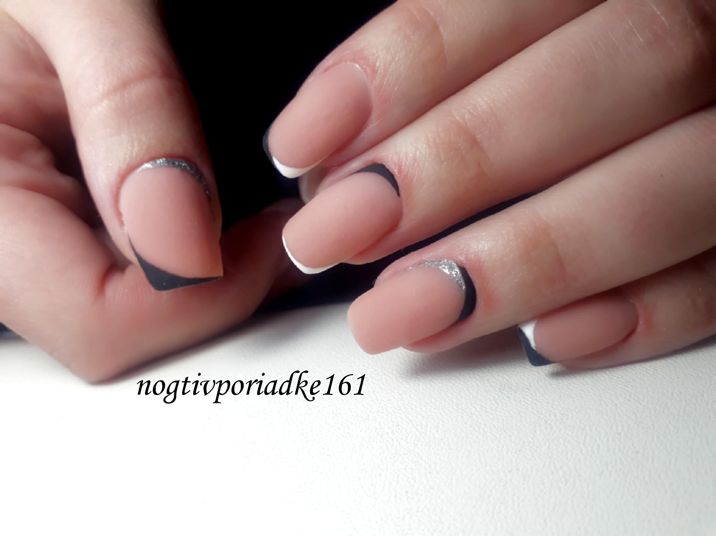 Матовый лунный маникюр с серебряными блестками.