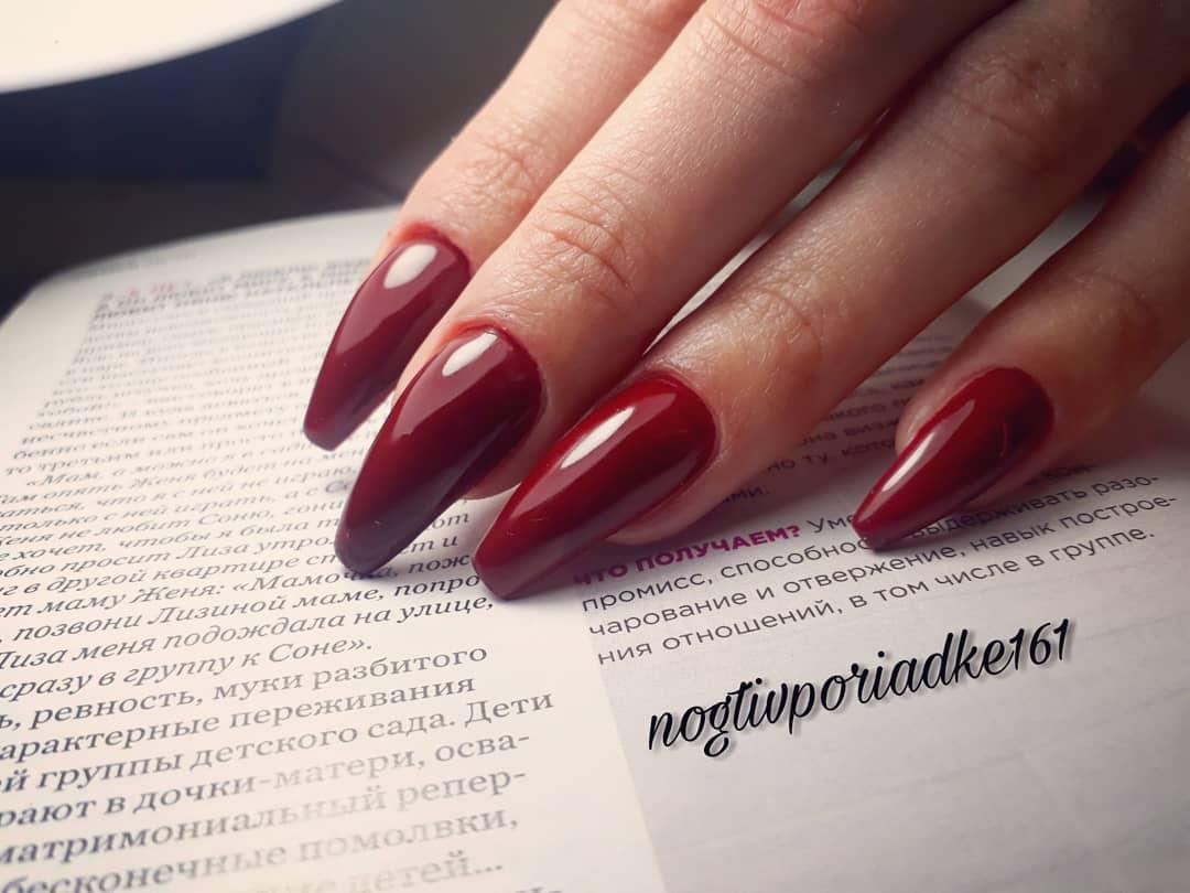 Маникюр в темно-красном цвете.