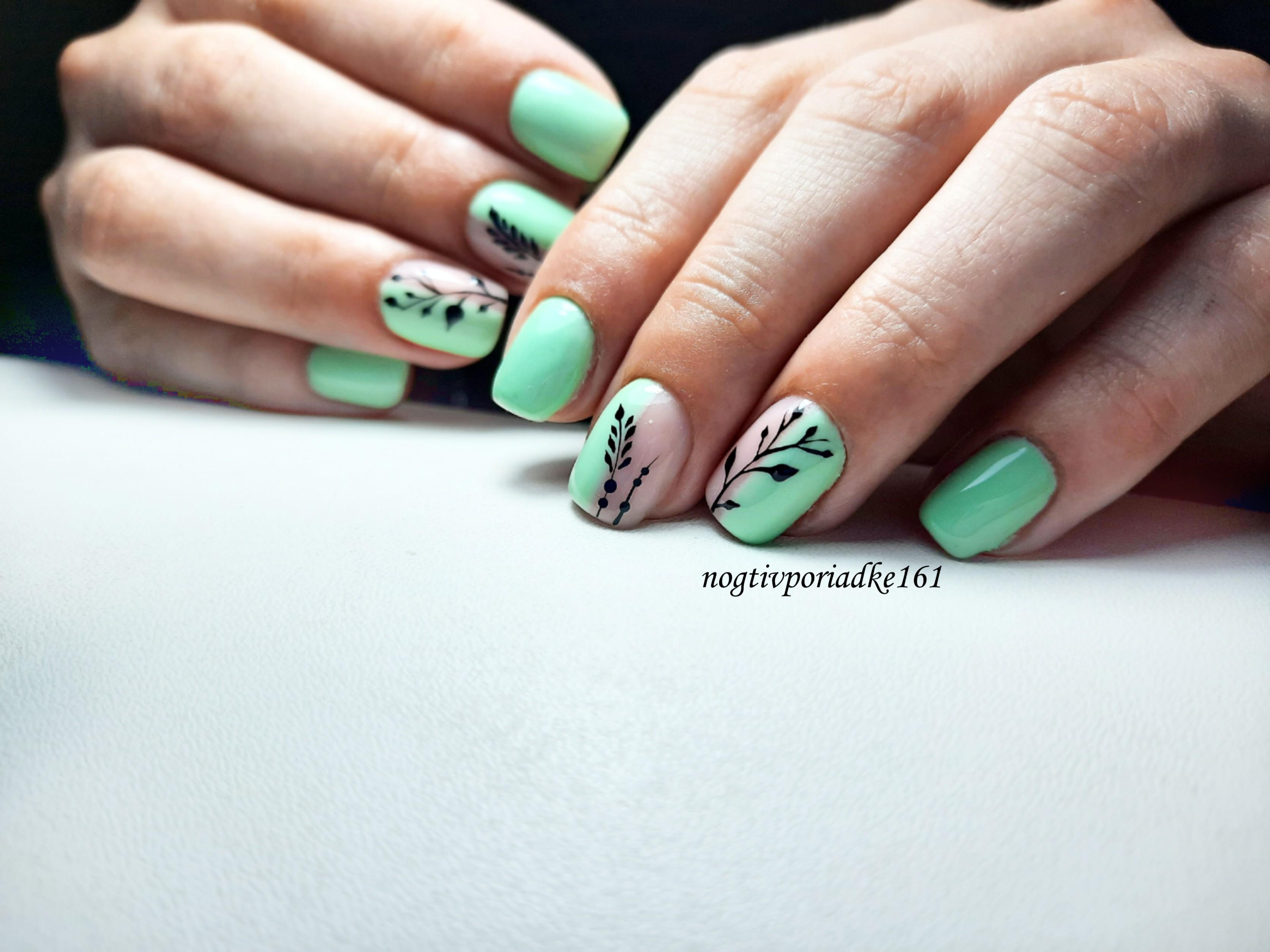 Маникюр с растительным рисунком в салатовом цвете на короткие ногти.