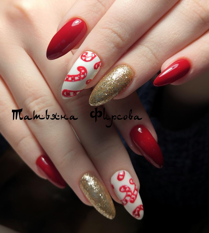 Новогодний маникюр с золотыми блестками и рисунком в красном цвете.