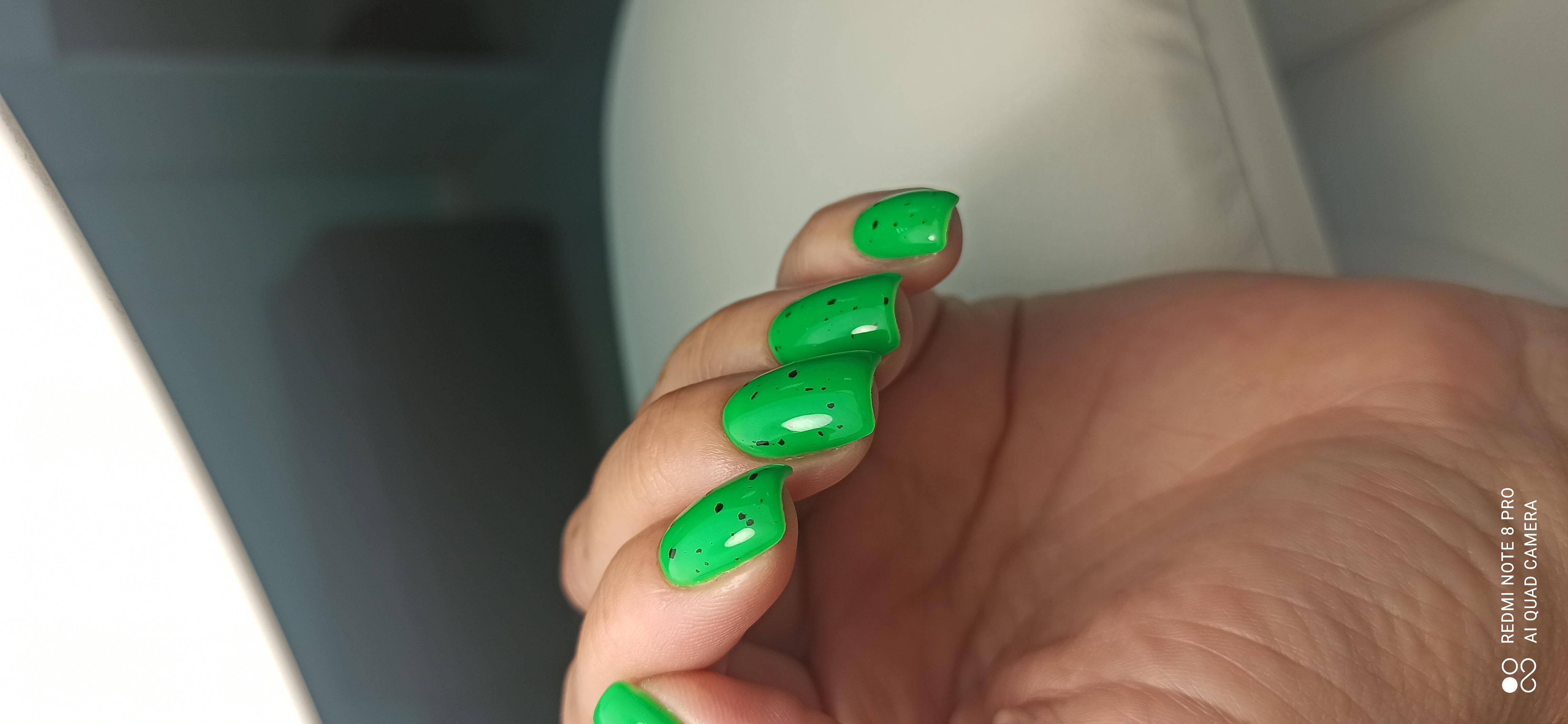 Ярко - зелёный летний маникюр