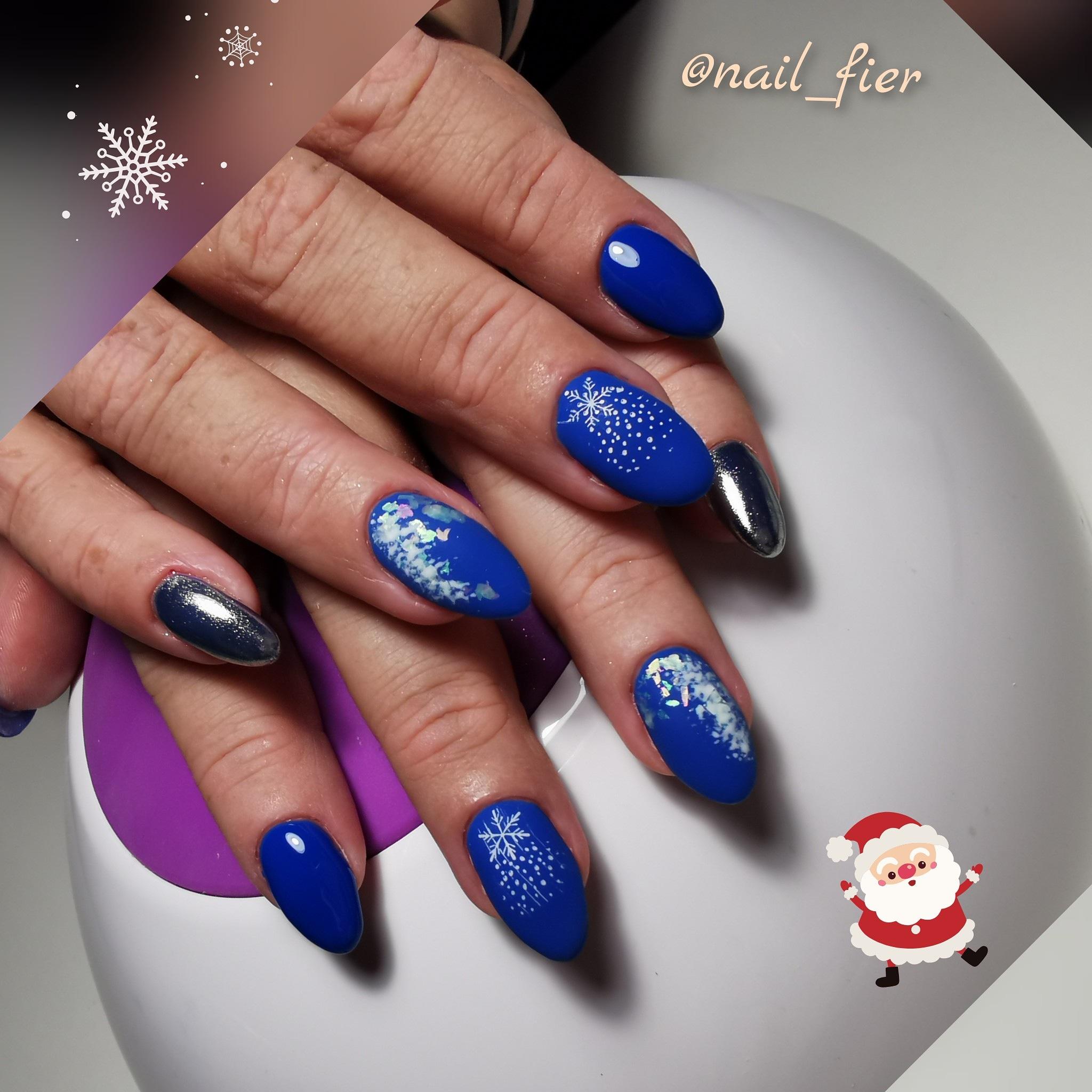 """Матовый маникюр в синем цвете с серебряной втиркой, камифубуки и стемпингом """"снежинка""""."""