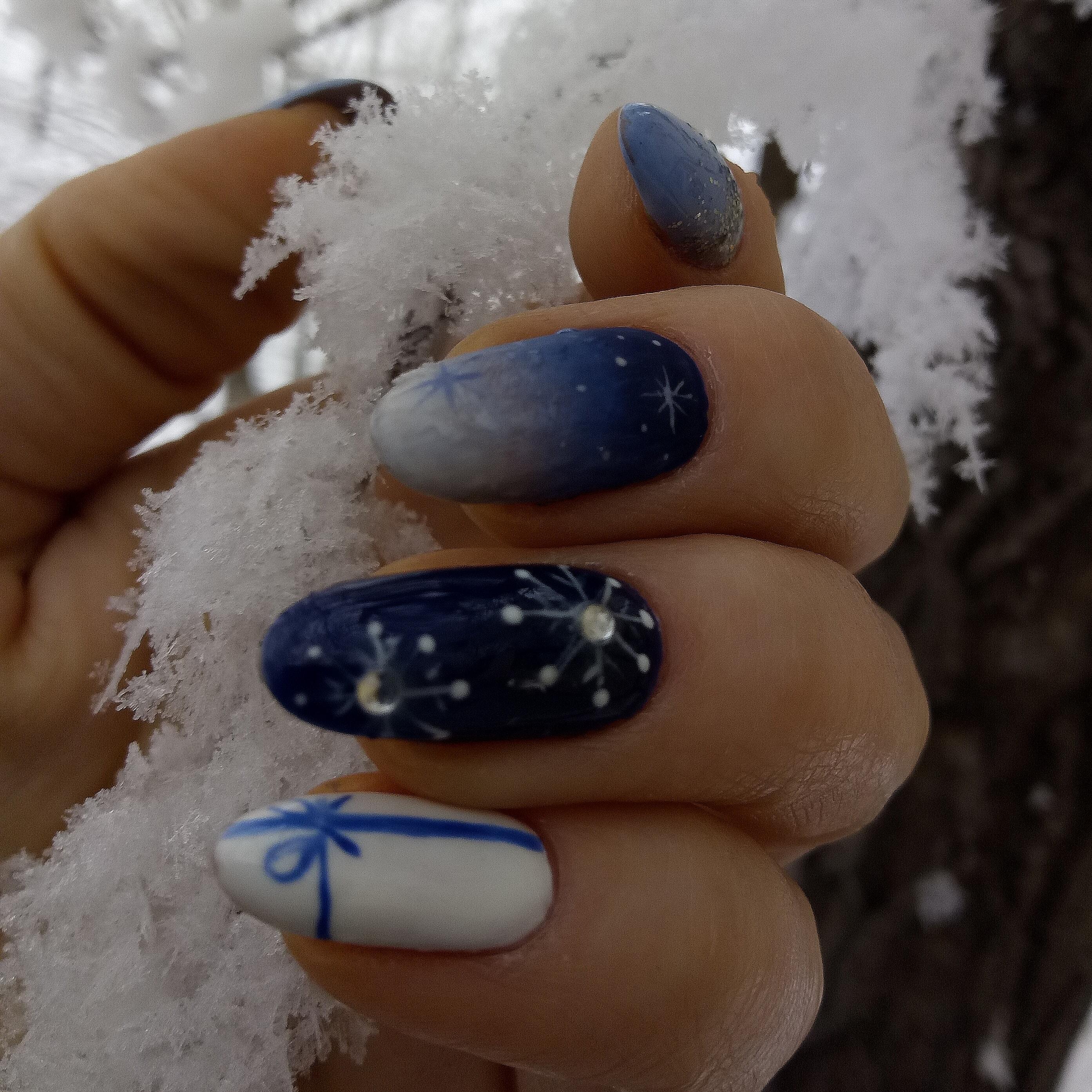"""Маникюр с дизайном """"Зимний"""". В сине белом цвете. Градиент матовый. Стразы. Снежинки."""