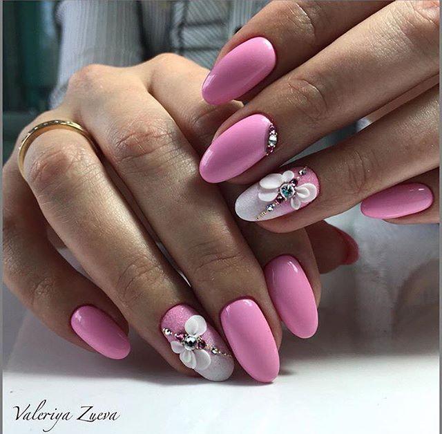 Маникюр с цветочной лепкой и стразами в розовом цвете.