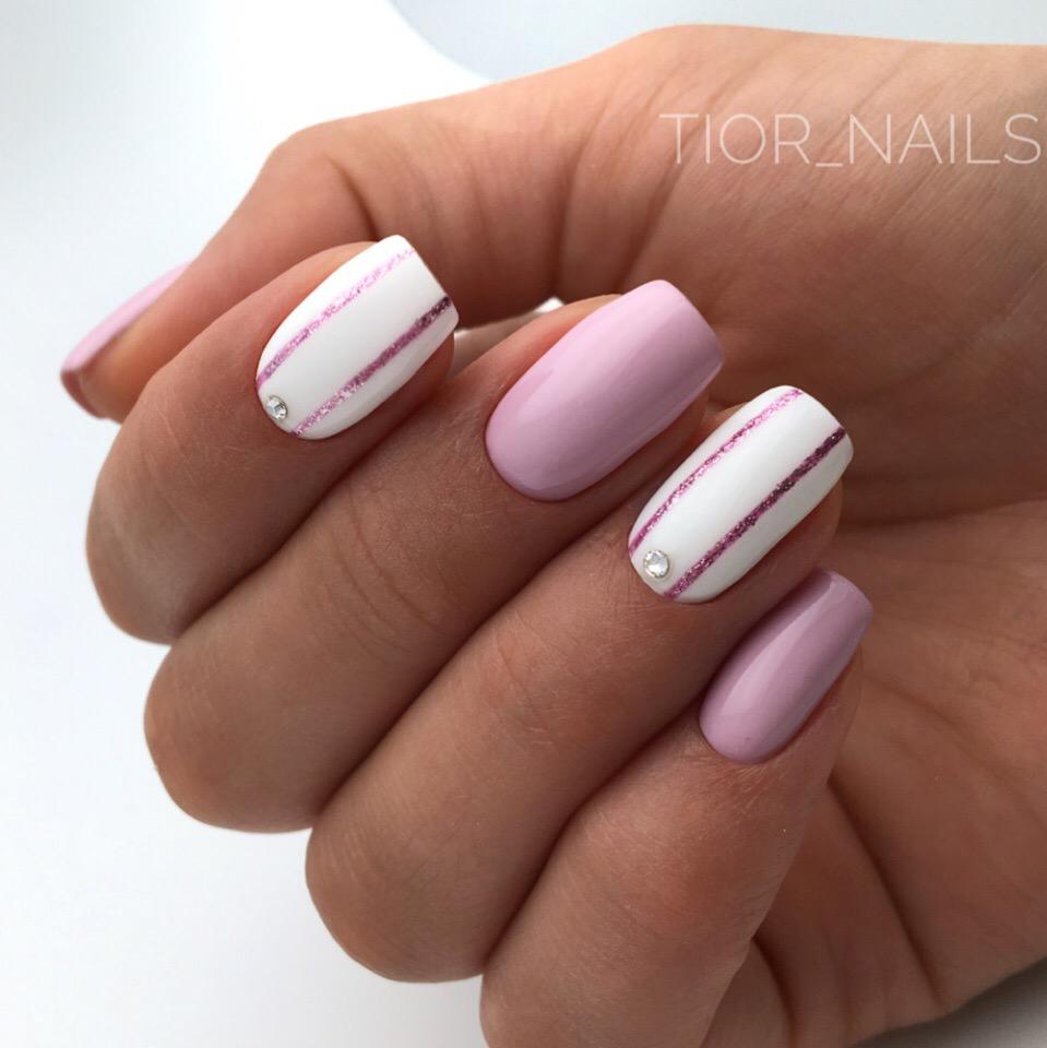Маникюр с полосками и блестками в розовом цвете