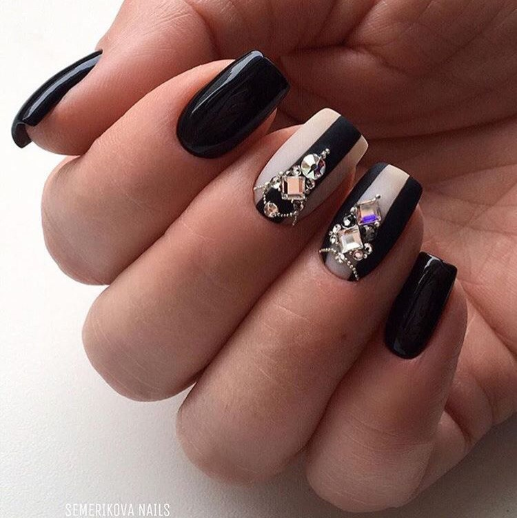 Маникюр с полосками и стразами в черном цвете.