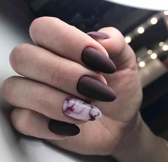 Матовый маникюр с мраморным дизайном в баклажановом цвете.