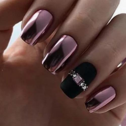 Хорошо смотрятся квадратные ногти с металлическим блеском.