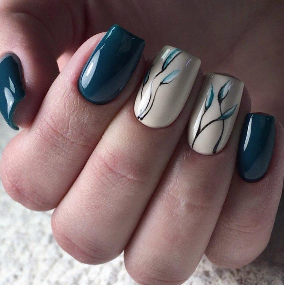 Маникюр с растительным рисунком в темно-синем цвете на короткие ногти.