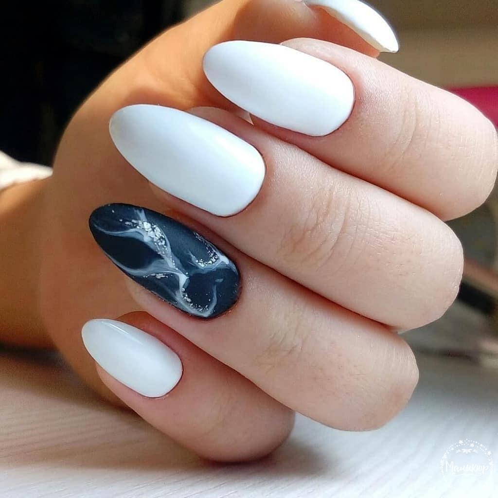 Матовый маникюр с мраморным дизайном в белом цвете.
