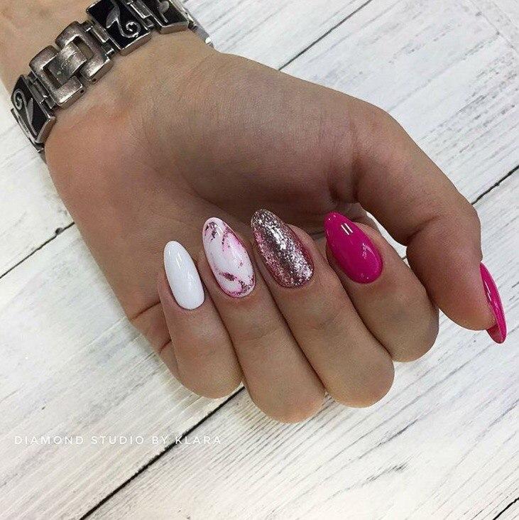 Маникюр с мраморным дизайном и блестками в розовом цвете.