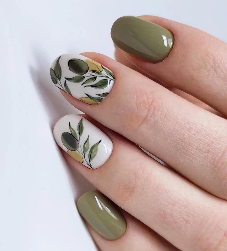 Маникюр с акварельным растительным рисунком в оливковом цвете.
