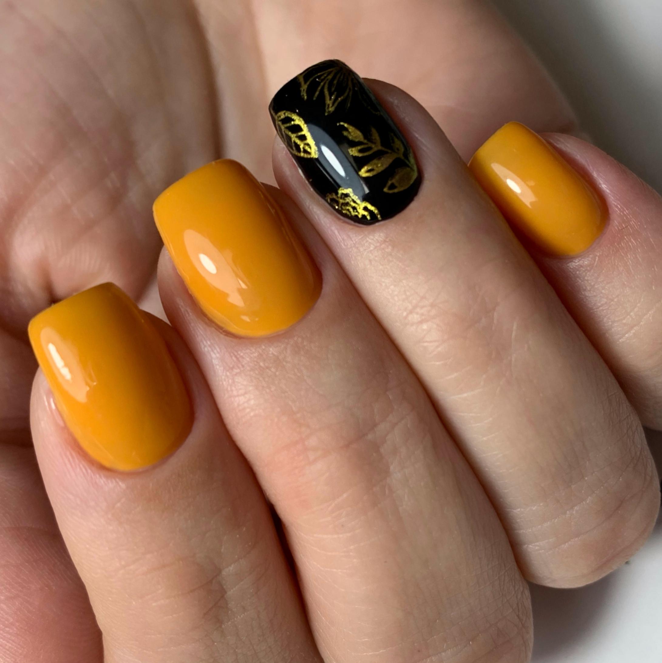 Маникюр с растительным рисунком в оранжевом цвете на короткие ногти.