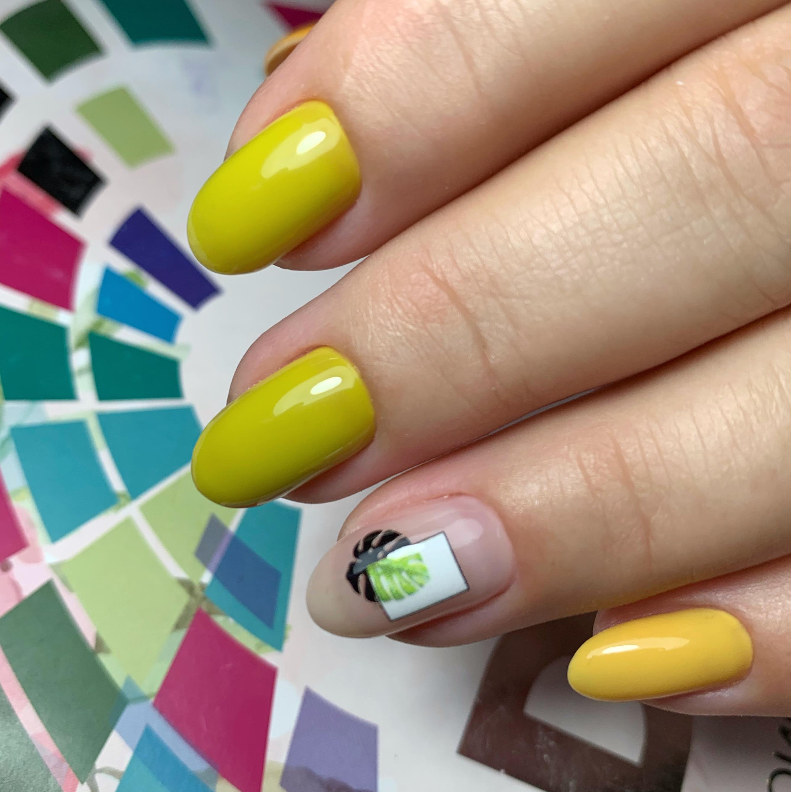 Маникюр с растительным слайдером в желтом цвете на короткие ногти.