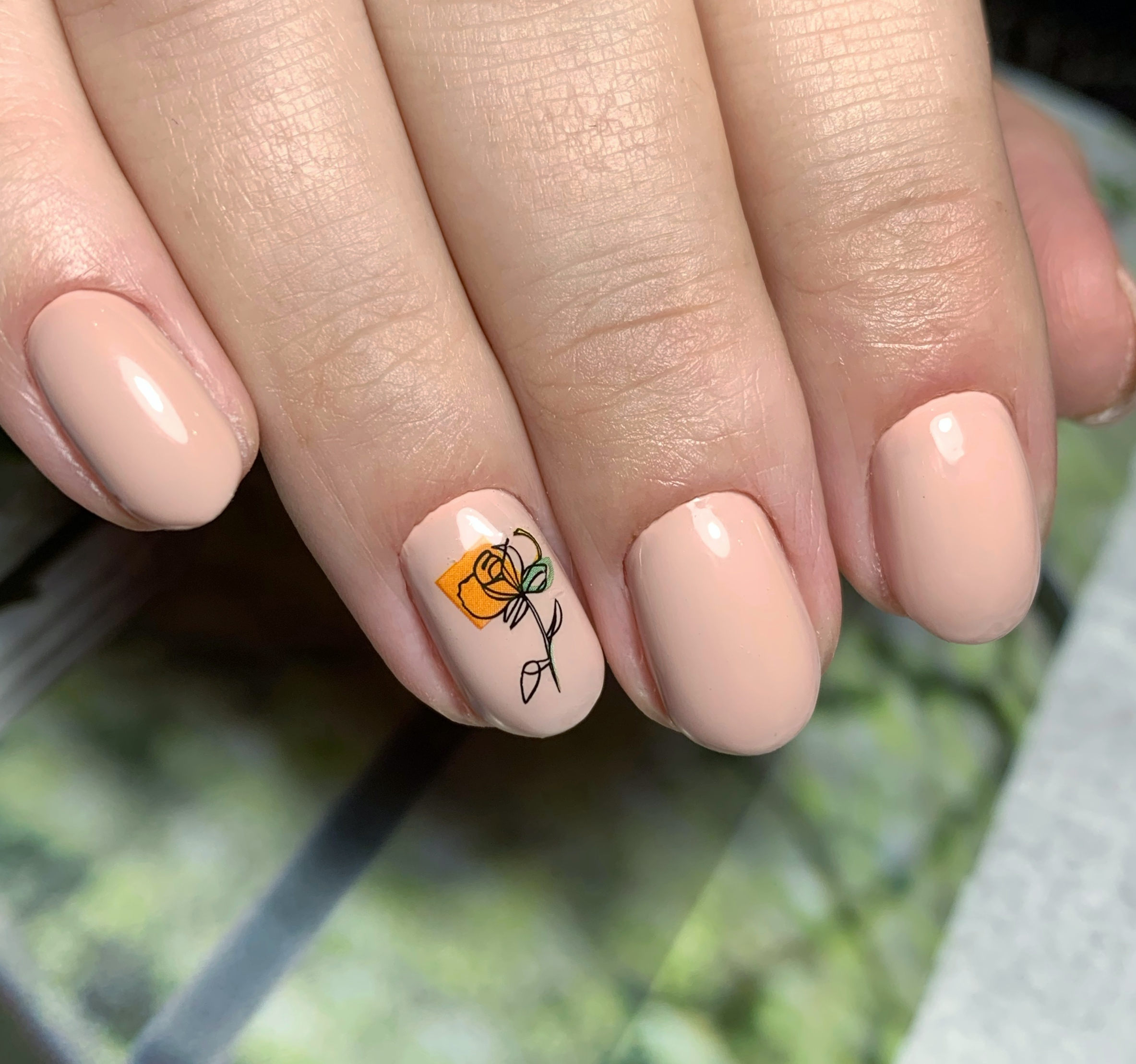 Маникюр с цветочным слайдером в персиковом цвете на короткие ногти.