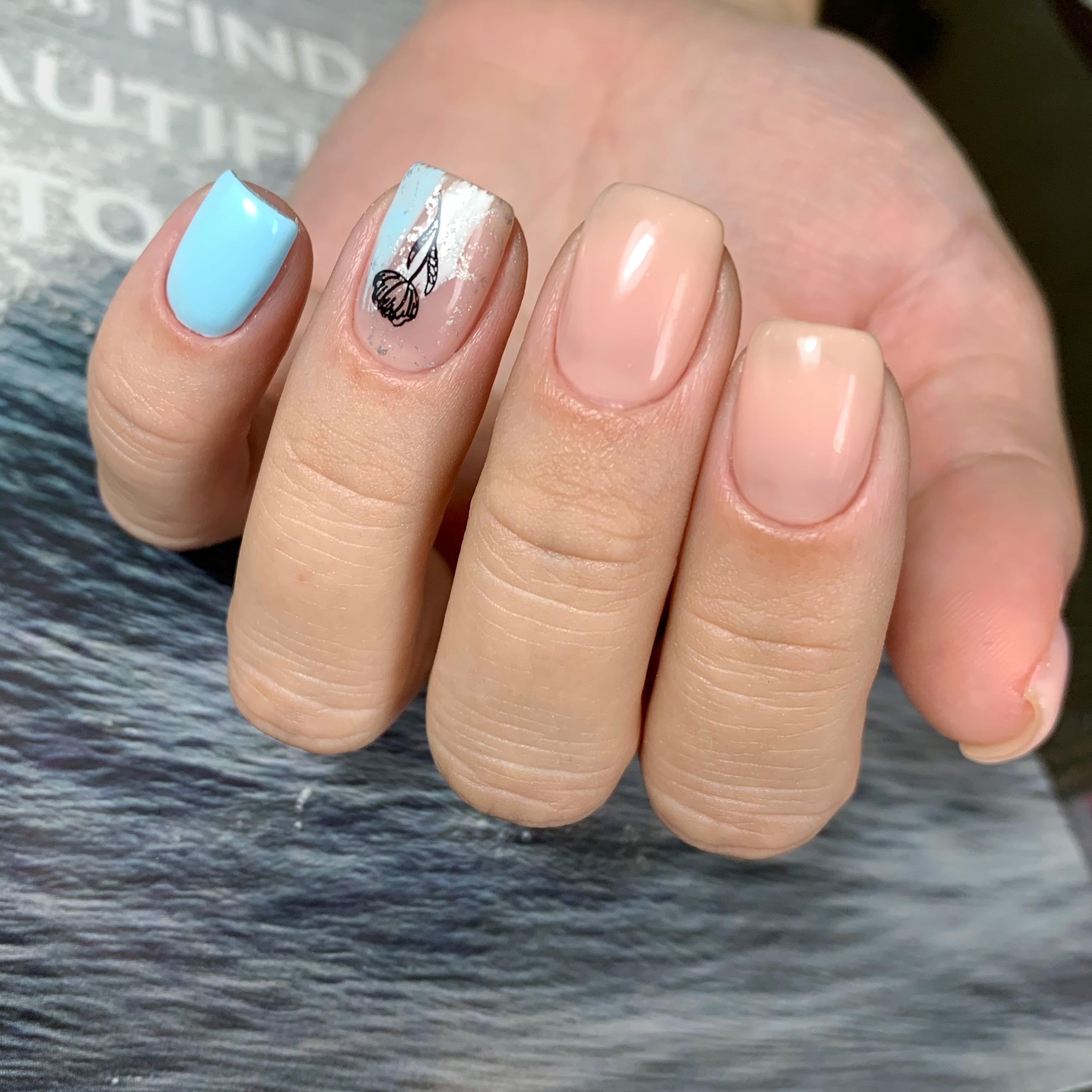 Нюдовый маникюр с цветочным слайдером на короткие ногти.