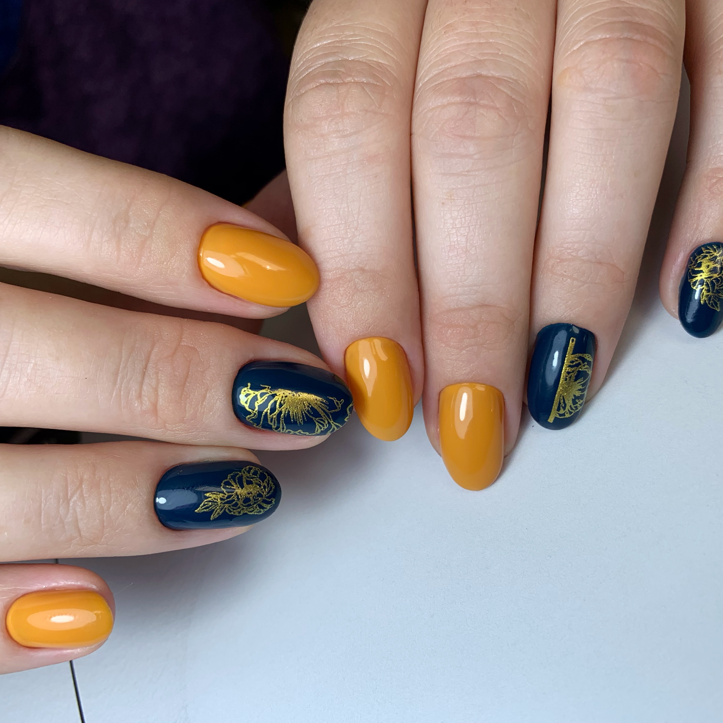 Маникюр с растительными золотыми слайдерами на короткие ногти.