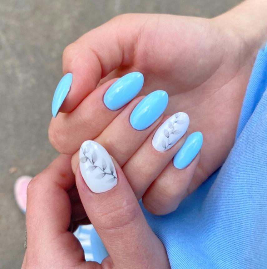 Маникюр с акварельным растительным рисунком в голубом цвете на длинные ногти.